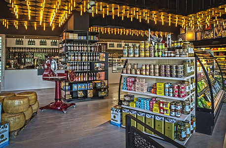 """""""אגתה"""" (למעלה) וכמה ממוצריה. """"המחירים שלנו נמוכים יותר כי אנחנו היבואנים"""", צילום: אנטולי מיכאלו"""