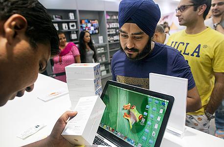 G4 רצים למטען חנות אפל אייפון, צילום: בלומברג