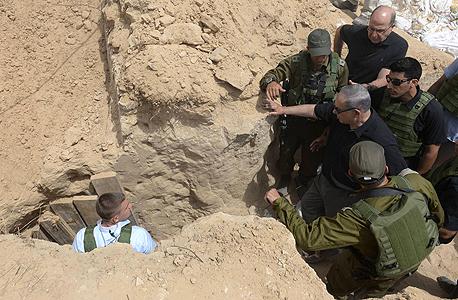 """בנימין נתניהו ליד המנהרה ההתקפית ברצועת עזה, צילום: עמוס בן גרשום, לע""""מ"""