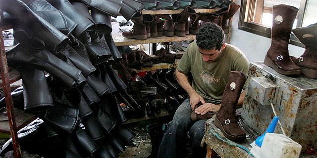 מפעל נעליים בחברון, צילום: אי פי איי
