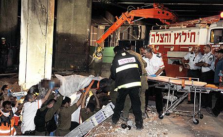 חילוץ פועל בניין שנפל לבור ברחובות