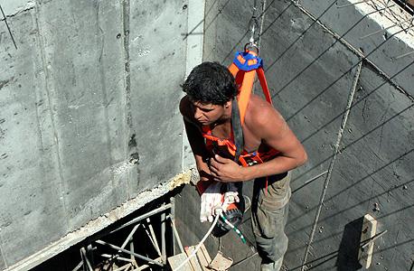 חילוץ פועל בניין מבור באתר בנייה (ארכיון), צילום: שאול גולן