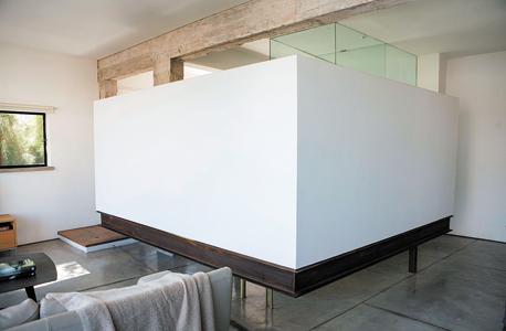 הקיר המרחף. מסתיר את חדר השינה, צילום: תומי הרפז