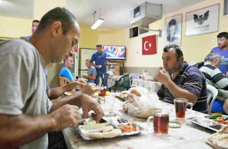 פועלי יילמזלר בחדר אוכל באתר בנייה , צילום: אוראל כהן