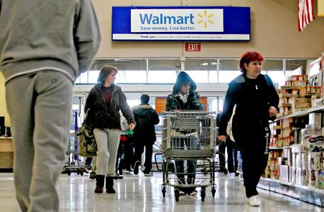 קונים בחנות וולמארט ב ניו ג'רזי, צילום: בלומברג