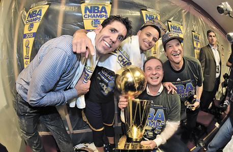 """מימין: הבעלים גובר ולאקוב, קארי והמנכ""""ל מאיירס עם גביע ה־NBA, 2015. לאקוב: """"שום דבר פה לא קרה במקרה"""", צילום: Getty Images"""