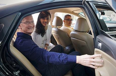 """טים קוק, מנכ""""ל אפל, בודק את ההשקעה במהלך ביקור בסין"""
