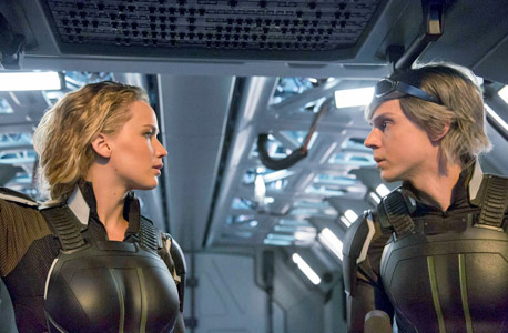 """ג'ניפר לורנס (משמאל) ואוון פיטרס ב""""אקס־מן: אפוקליפסה"""". זקוקים לרענון"""