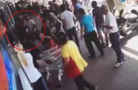 שוטרים מכים עובד ערבי בסופר יודה