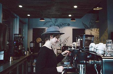 עובדת בסניף הרשת במנהטן. אחת המשימות הקשות היא למצוא צוות מנצח, צילום: cnbc.com