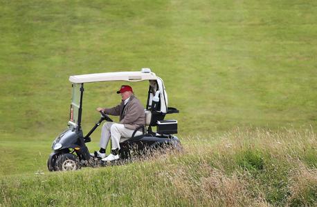 דונלד טראמפ רוכב על עגלת גולף, צילום: איי פי