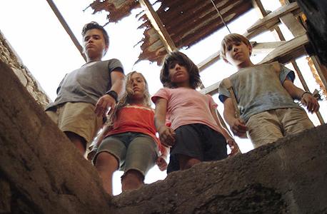 """מתוך הסרט. """"צילמנו ילדים קטנים תוך כדי אזעקות וטילים נופלים"""""""