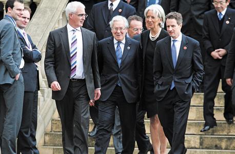 """קינג (שני משמאל) בפסגת החירום באוקטובר 2008 עם שרי האוצר דאז: האנגלי אליסטר דרלינג, הצרפתייה כריסטין לגארד והאמריקאי טימותי גייטנר. """"כשלים רציניים שרלבנטיים עד היום"""", צילום: בלומברג"""