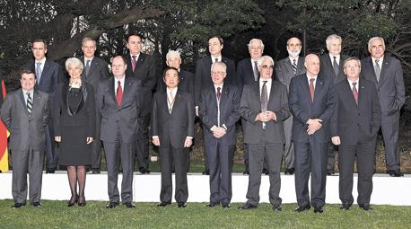 """קינג (רביעי מימין בשורה העליונה) עם שרי האוצר והבנקאים המרכזיים בעוד פסגה של ה־G7 ב־2008. """"היה שיתוף פעולה, אבל בתוך שנה כל זה די מת"""" , צילום: גטי אימג"""