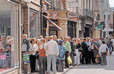לקוחות צובאים על בנק באנגליה, בגל הראשון של המשבר. קינג מציע תוכנית שאפתנית לשינוי הבנקאות כך שתאפשר השקעות שיניעו את הכלכלה אבל גם תמנע ריצת אזרחים לבנק , צילום: בלומברג