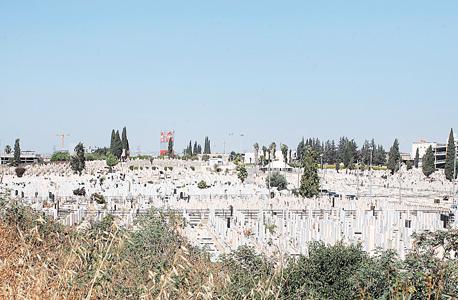 """חלקת הקברים בבית העלמין סגולה בפ""""ת, צילום: עמית שעל"""