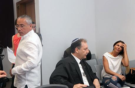 """מימין ענבל אור עו""""ד אילן בומבך ו שלי נרקיס, צילום: עמית שעל"""