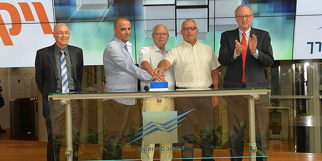 אייל רביד (שני משמאל) פותח את המסחר בבורסה של תל אביב, צילום: גיא אסייג