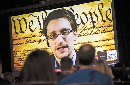 אדוארד סנודן, שחשף חלק מהמעקב האמריקאי על משתמשי טכנולוגיה, איור: בלומברג