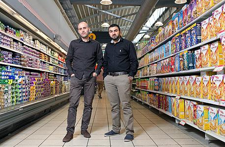 """מוחמד (מימין) ובלאל סלאח. """"מאוד מקווים שהציבור הישראלי ירצה לקנות מניות של חברה ערבית"""""""