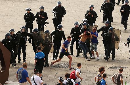 אוהדים של נבחרת רוסיה מתעמתים עם שוטרים צרפתים במהלך יורו 2016. החוליגנים הרוסים התאמנו במשך חודשים, צילום: איי פי