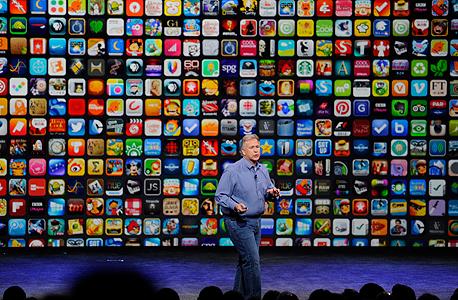 אפל פיל שילר על רקע אפליקציות אפל סטור, צילום: בלומברג