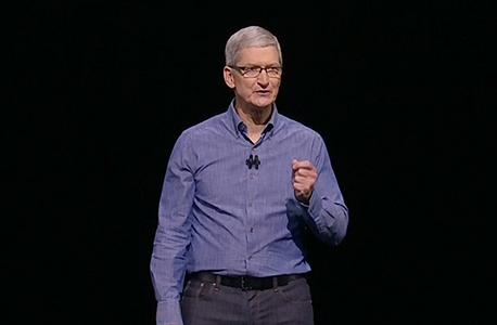 """מנכ""""ל אפל טים קוק. טען כי ההחלטה מטורפת והתקבלה מטעמים פוליטיים, צילום מסך: מתוך אתר אפל"""