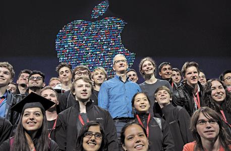 """מנכ""""ל אפל טים קוק עם מפתחים צעירים ב כנס החברה, צילום בלומברג"""