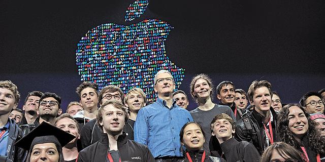 טים קוק עם מפתחים צעירים בכנס החברה, צילום בלומברג
