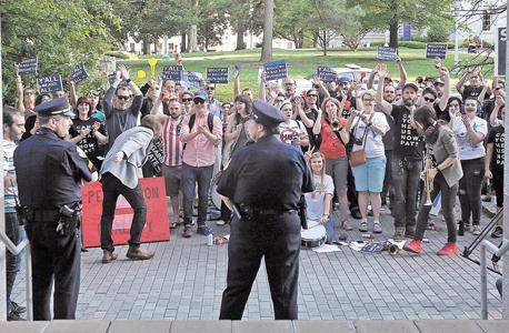 """הפגנת תמיכה בקהילה הטרנסית בצפון קרוליינה. """"חוק תאי השירותים"""" הבריח ממנה את פייפאל"""