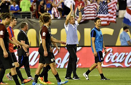 """יורגן קלינסמן. הסתובב לקהל וקרא לעודד, ו־51 אלף האוהדים באצטדיון בפילדלפיה הגיבו בשירת """"!USA! USA"""" , צילום: איי אף פי"""
