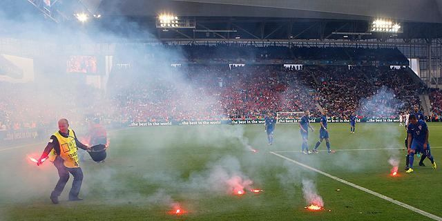 """""""טרוריסטים"""" או """"לוחמים למען השקיפות"""": מי פוצץ את המשחק של קרואטיה מול צ'כיה ולמה?"""