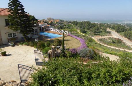 בריכת שחייה ביישוב גן נר שבגלבוע, צילום: רשות מקרקעי ישראל
