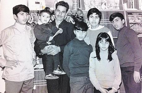 """סולימני (משמאל) כנער עם הוריו וארבעה מאחיו. """"איפה גדלתי? איך סוגרים את כל החסכים האלה? אני סוגר אותם עד היום, בלי בושה"""""""