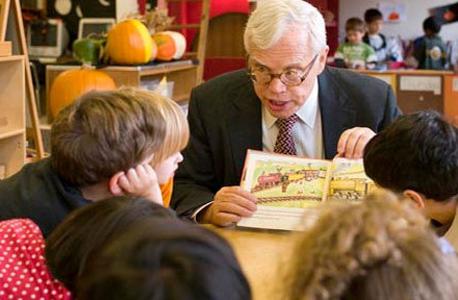 """הקמן מקריא לילדי גן. """"יש בחברה שלנו הערכת־חסר של מה שאפשר לקרוא לו הורות יקרת ערך"""", צילום: uchicago.edu"""