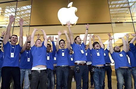 עובדים חנות אפל