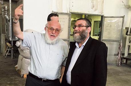 """מימין משה גפני ו העסקן החב""""דניק משה וולף, צילום: באדיבות אתר שטורעם נט"""