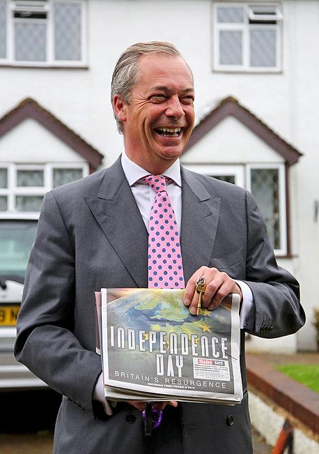 """משאל עם בריטניה האיחוד האירופי נייג'ל פרג' יו""""ר מפלגת העצמאות הבריטית, צילום: איי פי"""