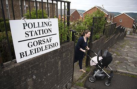 משאל העם בריטניה האיחוד האירופי אם עם תינוק מצביעה ב ווילס, צילום: גטי אימג'ס