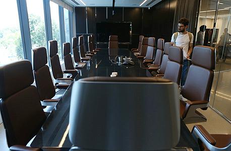 משרדי קבוצת אדמה במגדל המוזיאון בתל אביב. על פי החשד, בכירים בחברה ניסו לקחת ציוד מתוך המשרדים, צילום: עמית שעל