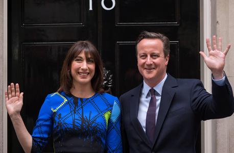 דיויד קמרו ואשתו בהכרזה על התפטרותו