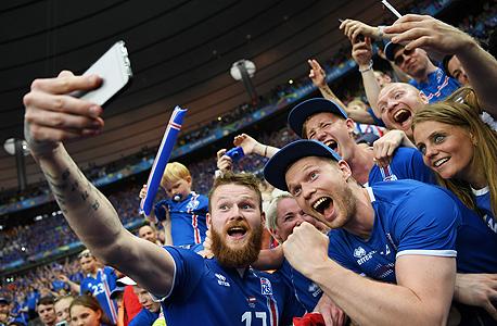 ארון גונארסון עושה סלפי עם 8% מאוכלוסיית איסלנד, צילום: גטי אימג
