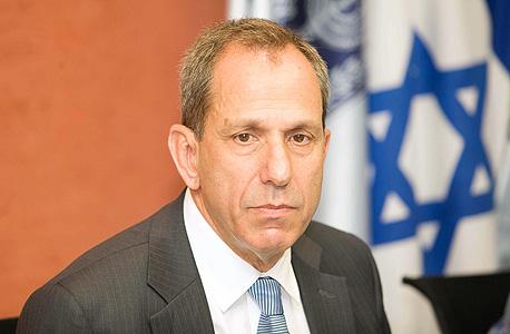 """יו""""ר רשות ני""""ע לשעבר שמואל האוזר. תמך בצמצום הפיקוח על השוק"""
