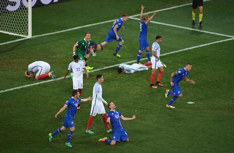 שחקני איסלנד חוגגים על נבחרת אנגליה, צילום: גטי אימג