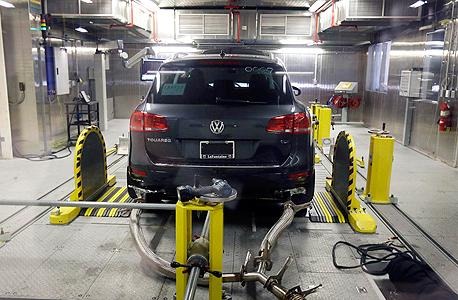 """בדיקה של מכונית פולקסווגן ב ארה""""ב., צילום: אי פי איי"""