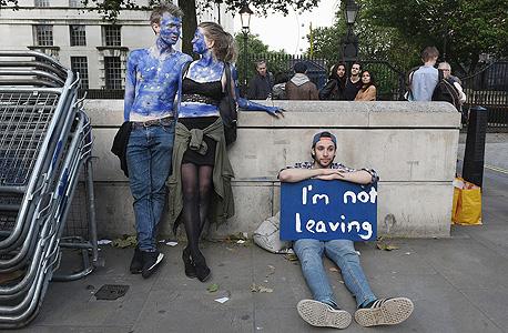 """תומכים בהישארות באיחוד מול מעון ראש ממשלת בריטניה בלונדון, למחרת המשאל. """"מעולם לא הרגשתי כזאת אי־ודאות לגבי עתיד החברה שלי"""", צילום: גטי אימג"""