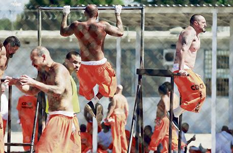 אסירים מתעמלים בכלא