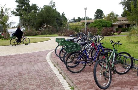 """חניית אופניים. """"החניות יהפכו למחסנים"""""""