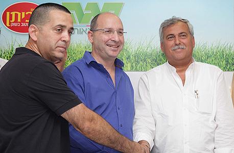 מימין: נחום ביתן, אבי ניסנקורן ואייל אלי, ועד עובדי מגה