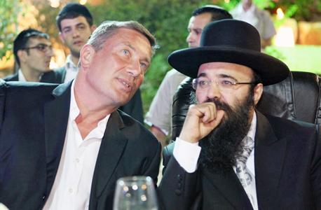 דנקנר (משמאל) עם הרב יעקב איפרגן בהילולה ב־2010, צילום: אוראל כהן